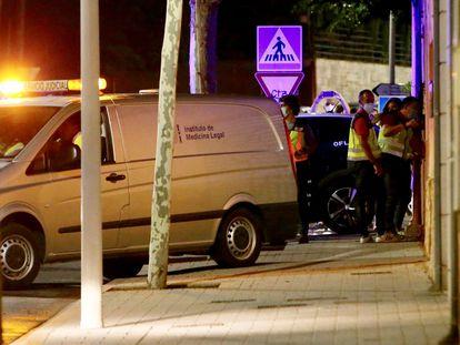Miembros del Instituto Forense acceden a la vivienda en la que ha sido hallado el cadáver de María Isabel de la Rosa, en Albacete.