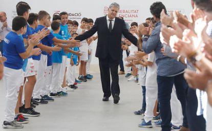 """Paco Cabanes """"El Genovés"""" es homenajeado momentos antes de iniciarse la final del Trofeo 600 Aniversario de la Generalitat Valenciana de pilota valenciana en el Trinquet Pelayo, en 2018."""