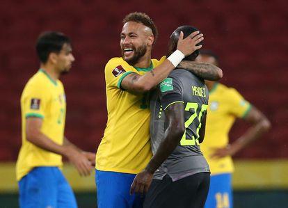 Neymar abraza a Sebastián Méndez durante un partido de clasificación entre Brasil y Ecuador, el 4 de junio.