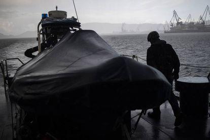 Lancha auxiliar del buque Alcotán, del Servicio de Vigilancia Aduanera, durante una travesía de inspección en la ría de Ferrol.
