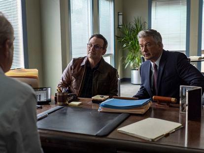 Christian Slater y Alec Baldwin, en el tercer episodio de 'Dr. Death'.