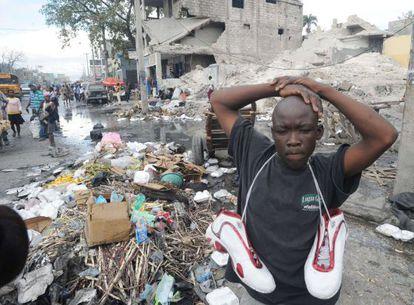 Un hombre haitiano vende zapatos usados en Puerto Príncipe