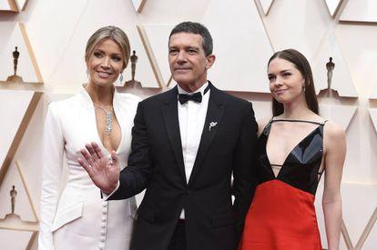 Nicole Kimpel, Antonio Banderas y Stella del Carmen Banderas, en la alfombra roja de los premios Oscar, el pasado febrero, en Los Ángeles (California, EE UU).