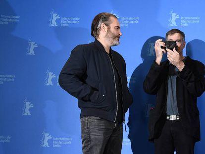 Gus Van Sant fotografía a los fotógrafos en presencia de Joaquin Phoenix.