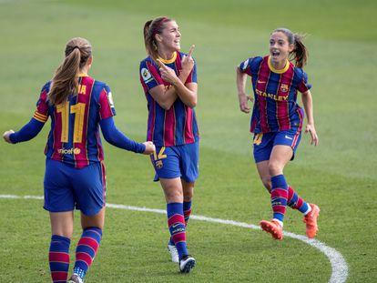 Patri Guijarro (centro), celebra con sus compañeras Alexia Putellas (izquierda) y Aitana Bonmatí su gol este domingo ante el Real Madrid en la Ciudad Deportiva de Valdebebas.