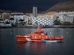 LOS CRISTIANOS (TENERIFE), 28/04/2021.- El buque de Salvamento Marítimo Salvamar Talía arribó este miércoles al muelle de Los Cristianos, en el sur de Tenerife, remolcando al cayuco con los 17 cadáveres de inmigrantes que fue hallado el pasado lunes a 490 kilómetros de la isla de El Hierro. Foto: Miguel Velasco Almendral