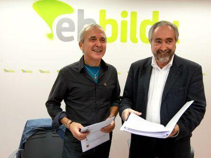 Sabin Cuadra, a la izquierda, y Rafa Larreina, al explicar la posición de Amaiur sobre los Presupuestos del Estado.