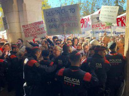 Tensión entre manifestantes y Mossos d Esquadra a las puertas de la Cámara catalana. El Govern insiste en la necesidad de aprobar sus Presupuestos para atender las peticiones