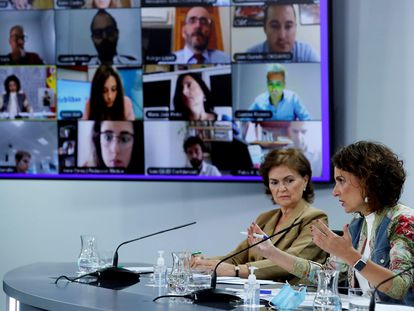 La vicepresidenta primera y ministra de la Presidencia, Relaciones con las Cortes y Memoria Democrática, Carmen Calvo, y la ministra de Hacienda y portavoz del Gobierno, María Jesús Montero, en rueda de prensa.
