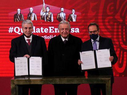 López Obrador firma el acuerdo con los líderes de las patronales de empresarios y obreros.