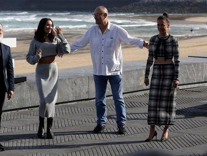 El elenco y el reparto de 'La hija', de Manuel Martín Cuenca, en San Sebastián. El director, de blanco, con Javier Gutiérrez, Patricia Lopez Arnaiz y Irene Virguez.