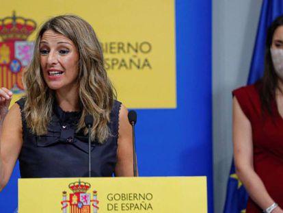 La ministra de Trabajo, Yolanda Díaz, a la izquierda, y la ministra de Igualdad, Irene Montero.