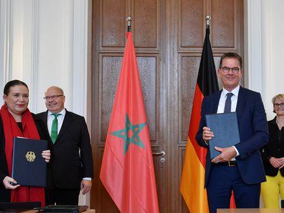 El ministro alemán de Cooperación Económica y Desarrollo, Gerd Müller, y la embajadora de Marruecos ante Alemania, Zohour Alaoui, en junio de 2020 en Berlín.