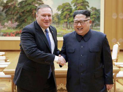 El secretario de Estado norteamericano, Mike Pompeo, saluda al líder norcoreano, Kim Jong-un, en su reunión ayer en Pyongyang.