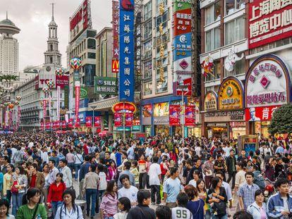 Vista de la concurrida calle de Nanjing, en Shanghái.