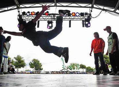 Un participante en la final del concurso de <i>breakdance</i> en el festival Cultura Urbana.