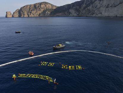 Vista desde un 'dron' de la protesta de Greenpeace junto a la costa de Ibiza.