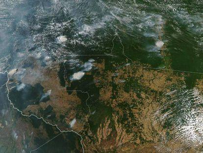 Imagen aérea de la NASA en la que se aprecian los diferentes focos de incendio en la Amazonia.