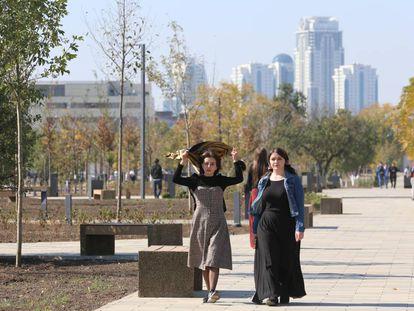 Dos mujeres pasean por una avenida de Grozni en 2018.