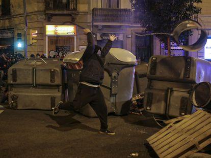 Un manifestante tira un objeto hacia las fuerzas de seguridad, este domingo en Barcelona. En Vídeo: Sexta noche de protestas en Barcelona en apoyo al rapero Pablo Hasél.
