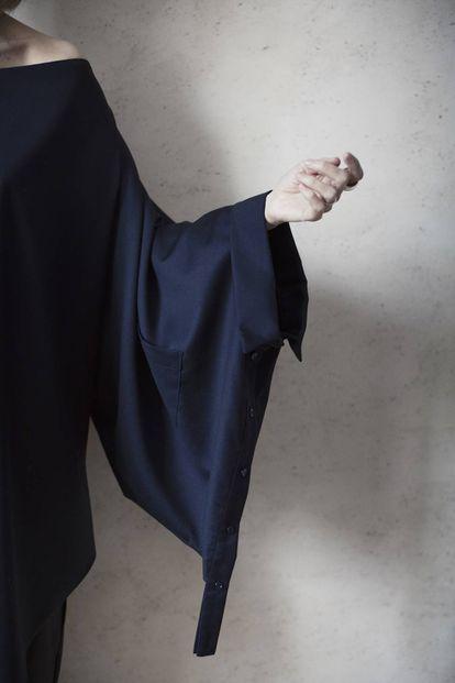 Camisa de mujer en color azul marino de Otrura.