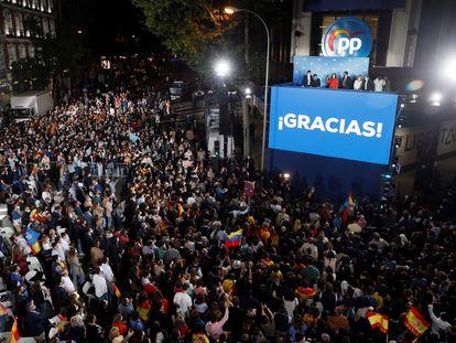 Isabel Díaz Ayuso, Pablo Casado, José Luis Martínez-Almeida, Teodoro García Egea y Pío García Escudero, saludan a los simpatizantes desde el balcón de la sede del partido en la calle Génova, el pasado martes.