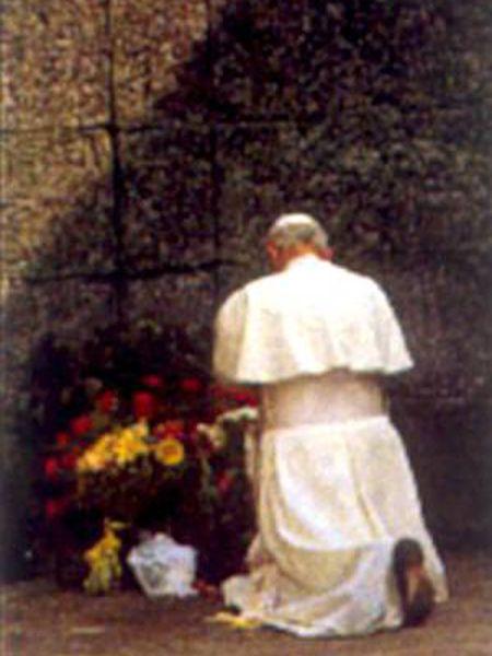El papa Juan Pablo II, rezando en Auschwitz (Polonia).