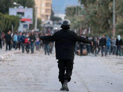Manifestantes tunecinos se enfrentan a la policía en Siliana.