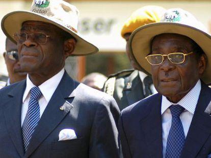 El presidente ecuatoguineano, Teodoro Obiang (izquierda), junto a su homólogo zimbabuense, Robert Mugabe, en una feria en Harare en 2007.