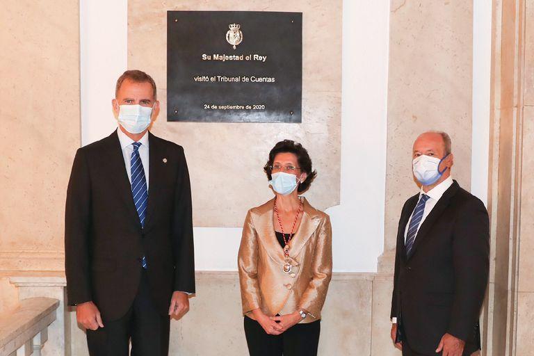 Felipe VI, durante su visita a la sede del Tribunal de Cuentas, junto al ministro de Justicia, Juan Carlos Campo, y la presidenta de la institución, María José de la Fuente, el jueves en Madrid.
