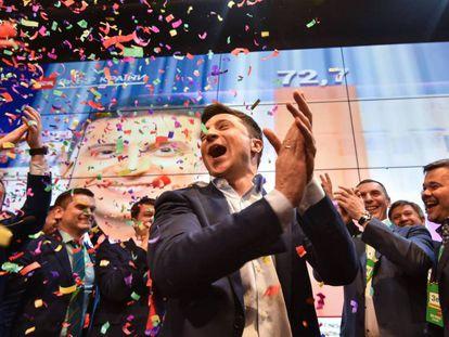 Volodímir Zelenski reacciona tras el anuncio de los resultados de los sondeos. En vídeo, así es el nuevo presidente ucraniano.