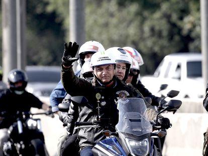 El presidente Bolsonaro participa, sin mascarilla, en una marcha motera con miles de seguidores este sábado en São Paulo.