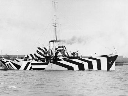 Barco inglés durante la primera guerra mundial pintado con camuflaje estilo dazzle (1918, Imperial War Museums, Getty Images)