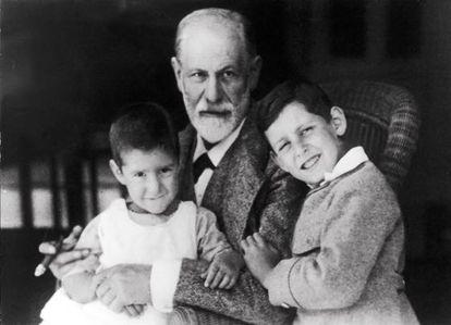 Sigmund Freud con dos de sus nietos.