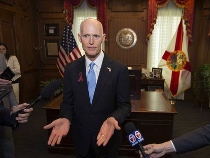 El gobernador de Florida, Rick Scott, habla con la prensa este jueves tras firmar la nueva ley de control de armas.