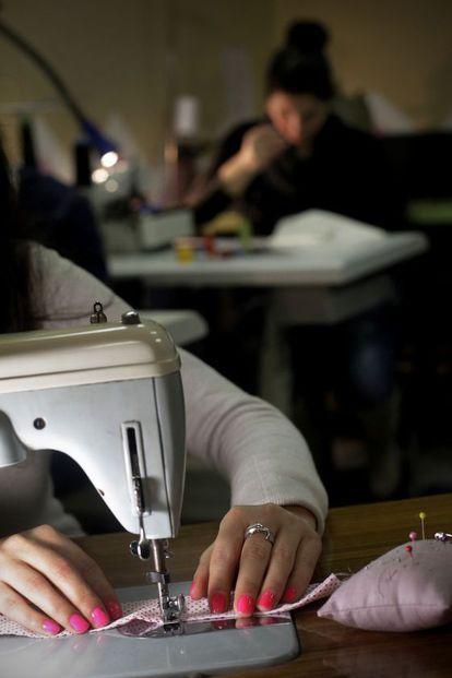 Una víctima de explotación sexual en un taller de costura.