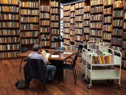 Un hombre lee en una librería pública de Ciudad de México.