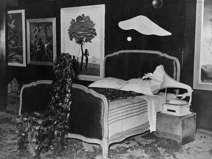 La habitación de la pesadilla, tal como la diseñó Dalí. A la derecha de la cama, el fonógrafo de Óscar Domínguez.