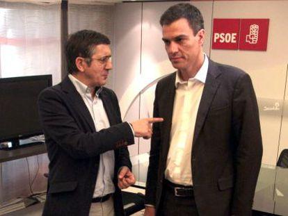 Pedro Sánchez y Patxi López en la sede central del PSOE el 21 de julio.