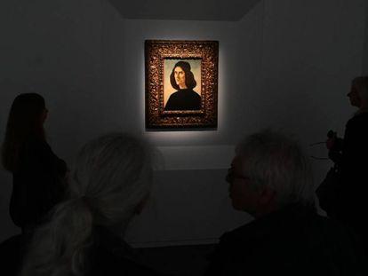 Cuatro persona contemplan el Botticelli que ha puesto a la venta la familia Cambó en la Frieze Masters de Londres.