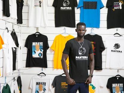 Abdou Touray, miembro del Sindicato de Materos, posa en la tienda que la asociación acaba de abrir en Madrid.