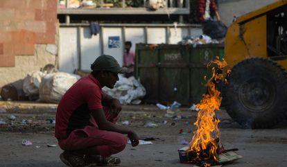 La quema de basura y cultivos, junto a la falta de aplicación de leyes relativas al polvo generado en la construcción, contribuyen a la elevada contaminación en Nueva Delhi.