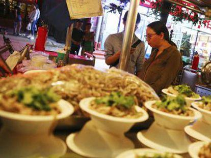 Donghuamen, el mercado de alimentación nocturno célebre por sus pinchos exóticos, echa el cierre