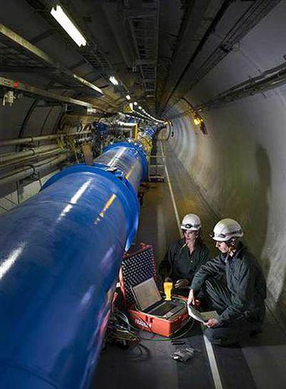 Los especialistas culminan el montaje del acelerador LHC.