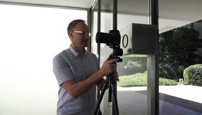 Wesely instalando la cámara en el pabellón.
