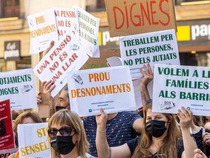 Protesta de los trabajadores de los servicios sociales del Ayuntamiento de Barcelona durante la huelga del 7 de junio.