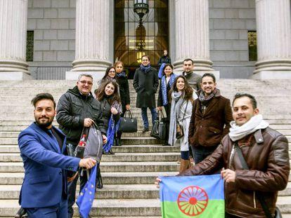 Ostalinda Maya (tercera por la derecha), con un grupo de abogados gitanos en las escaleras del Tribunal Supremo de EE UU.