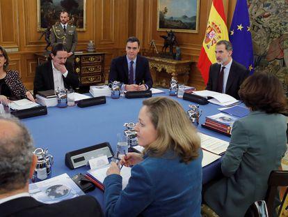 El rey Felipe VI preside una reunión del Consejo de Seguridad, la primera de este órgano con el Gobierno de PSOE y Unidas Podemos, en el Palacio de la Zarzuela.