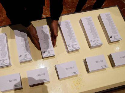 Un operario coloca papeletas electorales en el Ayuntamiento de Barcelona, uno de los colegios electorales donde un total de 5.553.983 catalanes podrán votar este jueves.
