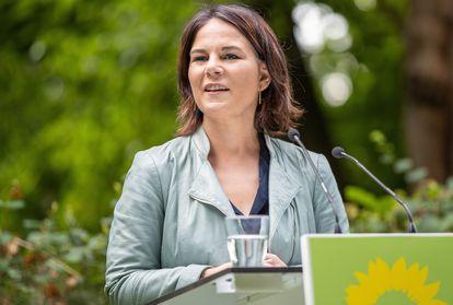 """La candidata de los Verdes, Annalena Baerbock, presenta el """"Programa de acción inmediata"""" en Biesenthal am Hellsee, Alemania, este martes."""